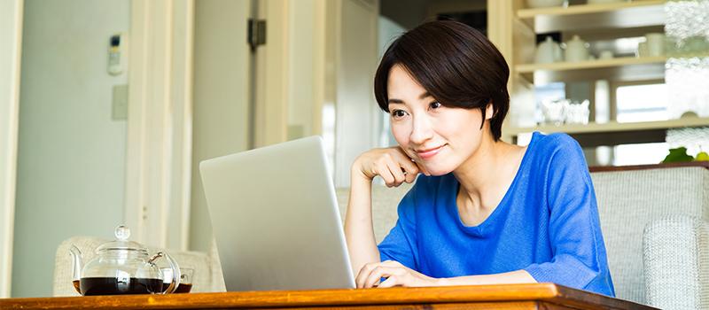 オンライン相談する女性